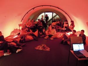 Poslechový večírek v prostoru studentského rádia UP AIr